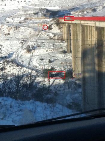 En el recuadro de arriba se puede apreciar por donde se precipito el camión. Abajo la situación del vehículo y en el circulo se puede ver como se disponían a bajar para intentar ayudar.