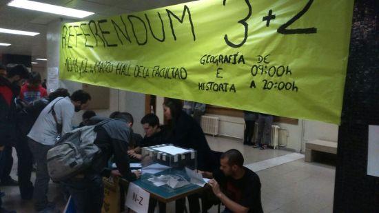 Estudiantes votando desde primera hora de la mañana en el hall de la Facultad de Historia de la UCM. / Colectivo de Estudiantes de Madrid