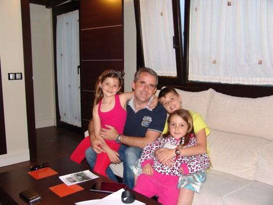 Javier Sastre nos despedía acompañado de sus hijos.