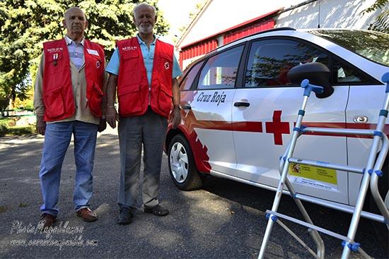 Ángel y Miguel con el coche de la Cruz Roja