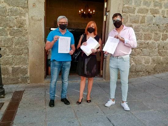 La concejala socialista y miembros del PSOE navero presentan las firmas recogidas.