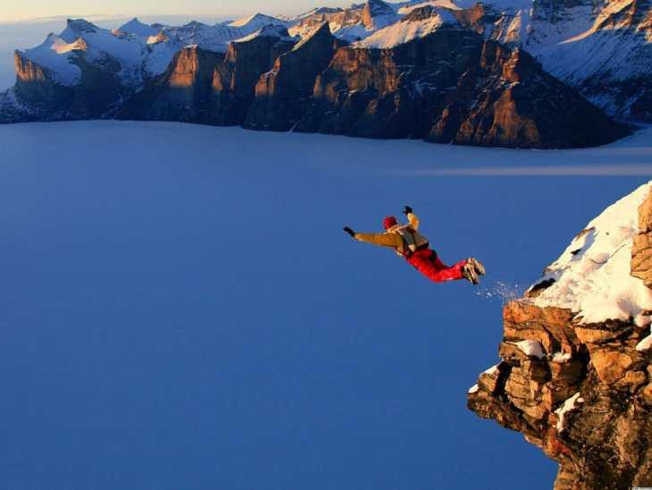 Para realizar saltos de base es importante dominar primero la caída libre