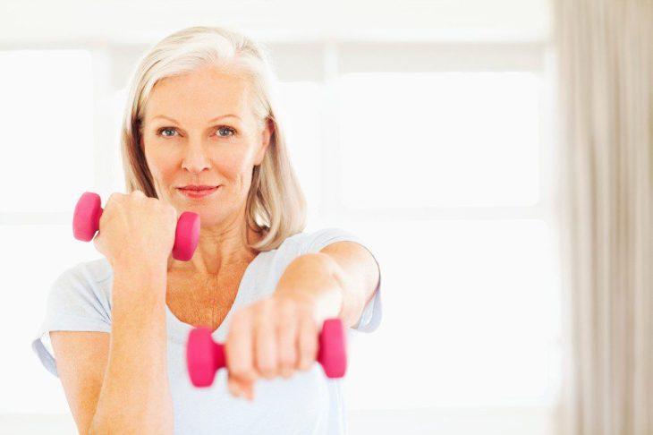 Los ejercicios de peso ayudan a fortalecer los huesos