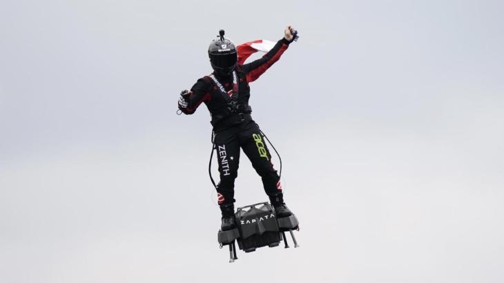 Franky Zapata en su patinete volador.