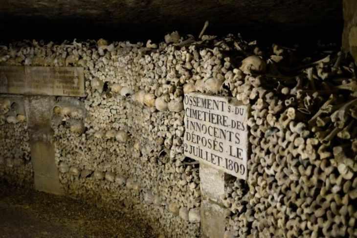 Huesos apilados en Las Catacumbas de París
