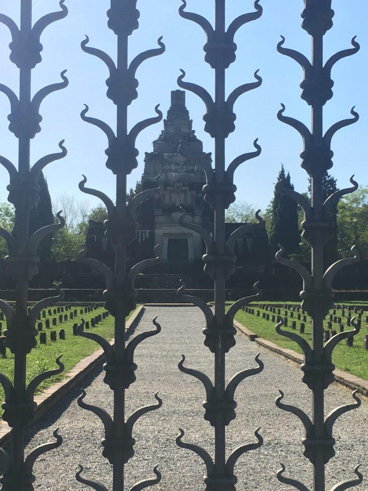 La cancellata del cimitero di Crespi  realizzata da Mazzuccotelli