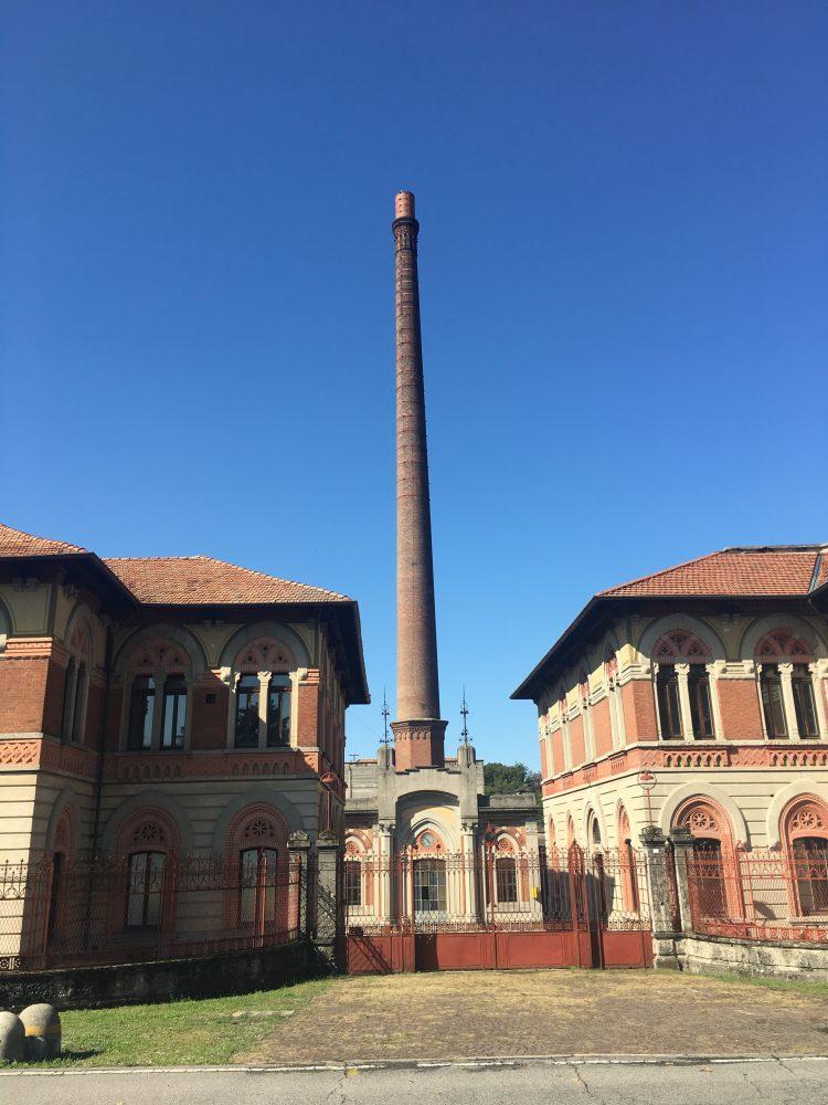 L'ingresso della fabbrica di Crespi d'Adda ormai chiusa da anni