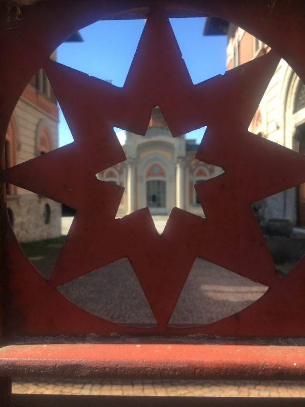 Il simbolo della città ideale Sforzinda sul cancello della fabbrica di Crespi d'Adda