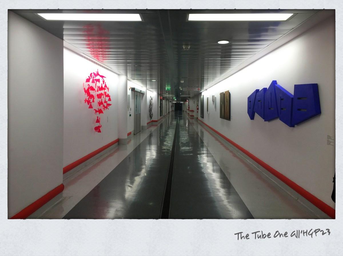 Percorrere The Tube One, la mostra d'arte pubblica nel corridoio dell'HPG23 di Bergamo