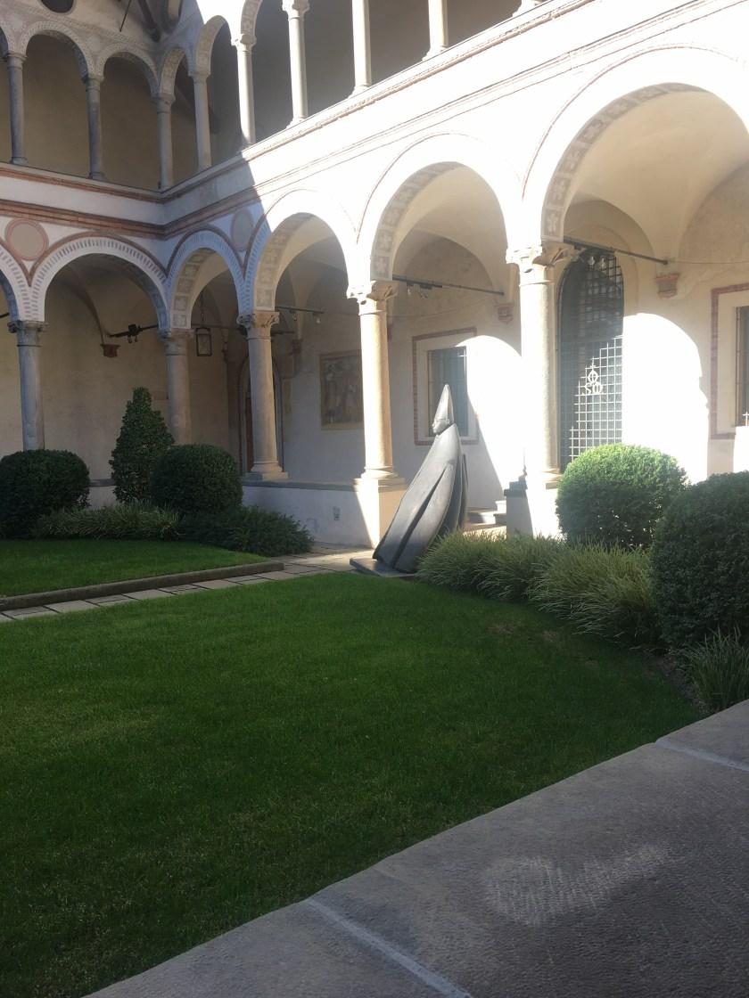 Il Grande Cardinale Seduto di Giacomo Manzù nel chiostro di Santa Marta a Bergamo
