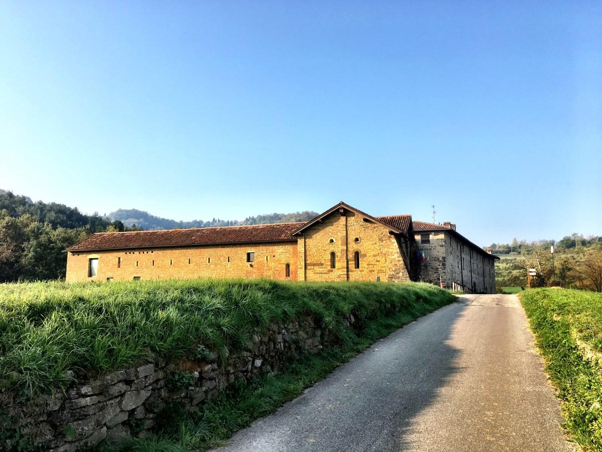 Scoprire la storia (e le storie) dell'ex abbazia di Santa Maria di Valmarina, scrigno del romanico lombardo.