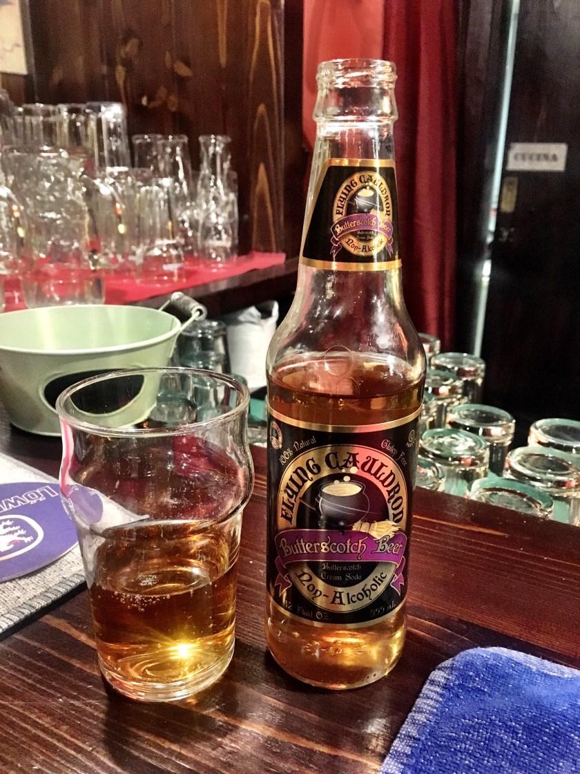 Bicchiere e bottiglietta di Burro Birra al Binario Magic Pub
