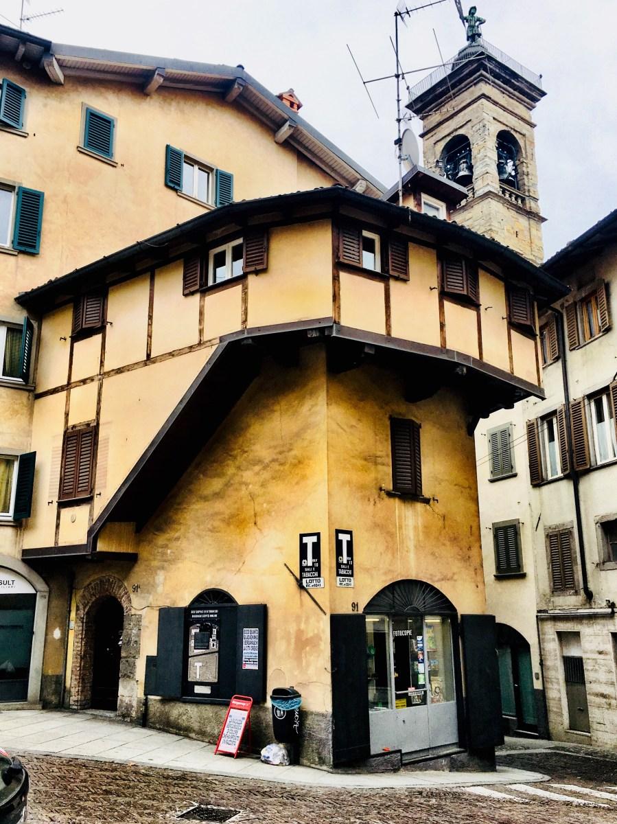 Riscoprire la storia della casa a graticcio nella Piazza del Delfino a Bergamo