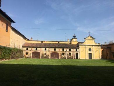 Vista sulle scuderie e sulla cappella