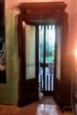 Porta aperta verso il cortiletto interno dell'ex Hotel Commercio di Bergamo
