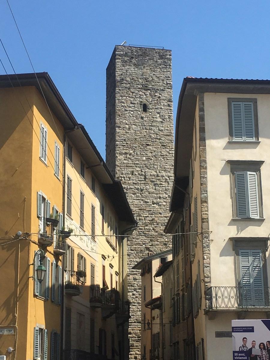 Salire a piedi sulla Torre del Gombito, il grattacielo che ha più di 800 anni