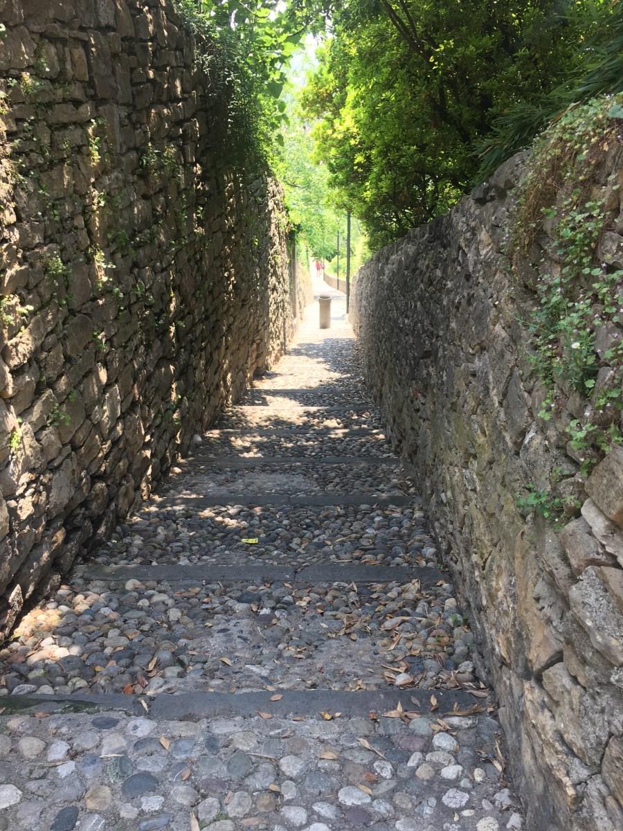 Su e giù per le scalette di Bergamo a visitare la città in modo diverso