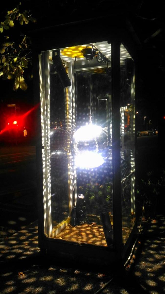 Salutare il risveglio dell'ex cabina dei taxi sul Sentierone ballando come se non ci fosse un domani