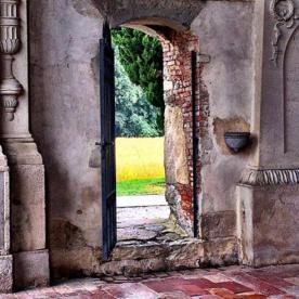 Porta sull'esterno Basilica di Santa Giulia_Bonate Sotto