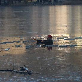 uomo in acqua nel lago ghiacciato oer esercitazione