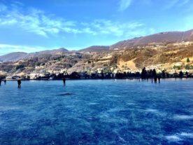 Persone che camminano sul Lago d'Endine ghiacciato