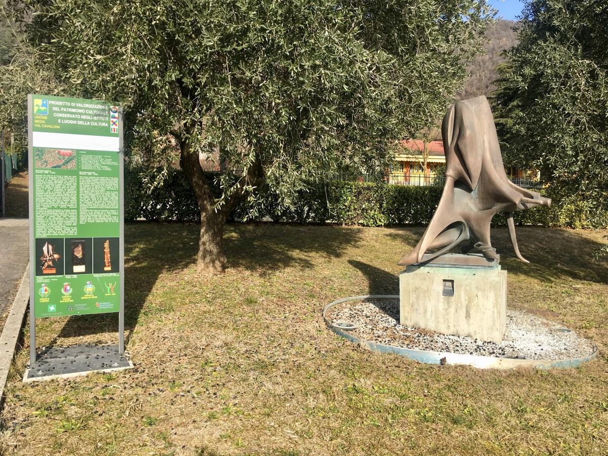 Fotografare la scultura extraterrestre a due passi dal Lago d'Endine e fare un tuffo... nell'arte contemporanea