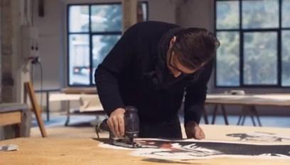 Steven Cavagna lavora in studio ai pannelli delle Autolinee di Bergamo 4