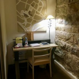 Scrivania nella suite del Gombit Hotel