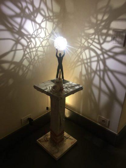 Lampada di Catellani & Smith su tavolino di Steven Cavagna