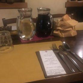 la tavola apparecchiata e il menù della serata