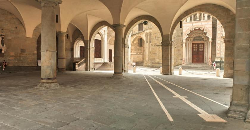 la meridiana di Piazza Vecchia sotto il Palazzo della Ragione