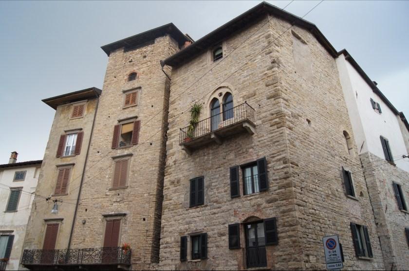 tre case torri medievali in Piazza Mercato del Fieno