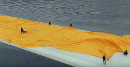 Il telo viene posizionato su the floating piers
