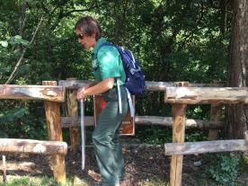 La guida volontaria ci fa entrare nel bosco