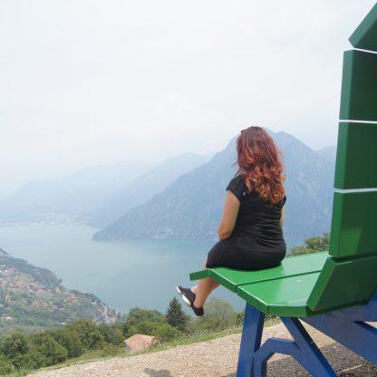 Raffi Garofalo seduta sulla Panchina Gigante di Fonteno