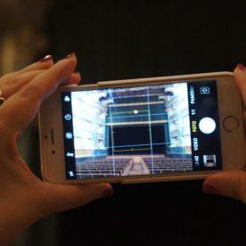 Iphone che riprende il Teatro Sociale dall'ingresso