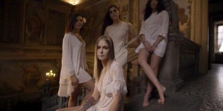 4 ragazze a Palazzo Moroni frame video Cane Secco