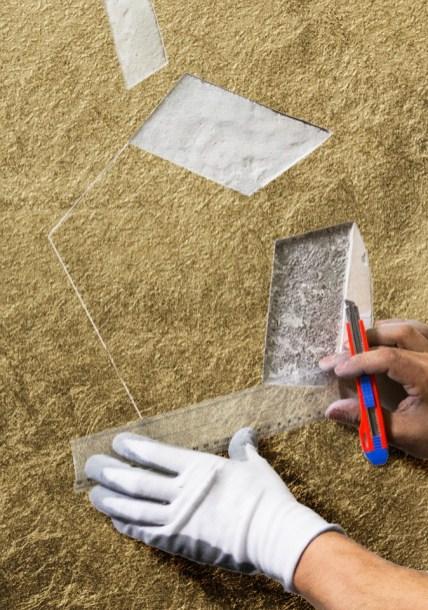 Andrea Mastrovito prende le misure per i soggetti di Polvere di Stelle sul muro