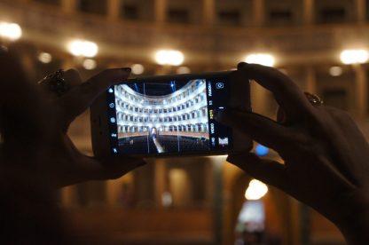 iphone che riprende i palchi del Teatro Sociale di Bergamo