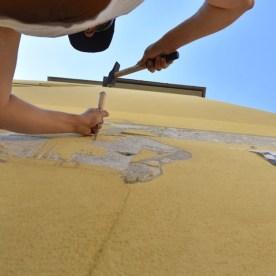Andrea Mastrovito scalpella i soggetti di Polvere di Stelle sul muro