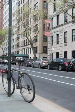 Il confalone della mostra del Moroni a New York visto da una strada pubblica