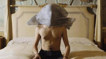 Camera da letto Palazzo Moroni in una scena del video di Cane Secco