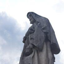 Statua evangelista sul sagrato della Basilica di Clusone