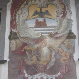 particolare stemma su palazzo di Clusone