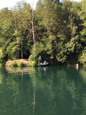 Persone che fanno il bagno nel fiume Adda dalla parte della sponda bergamasca