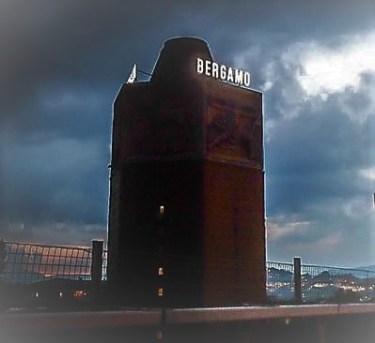 La Torre dei Venti con la scritta Bergamo illuminata