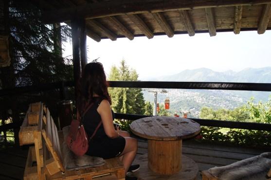 Raffi Garofalo al Rifugio Monte Poieto che guarda il panorama