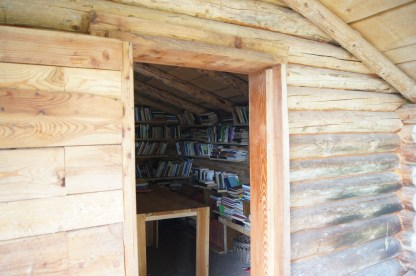 gli scaffali pieni di libri visti dall'ingresso della ca di leber