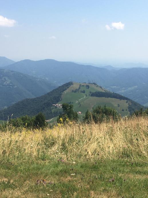 Dal Monte Poieto il panorama e il punto da cui partono i parapendii