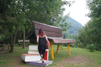 il piede di Raffi Garofalo mentre sale sulla panchina gigante